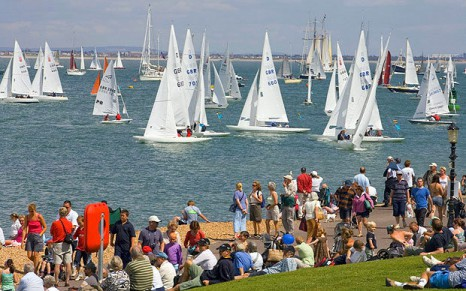 AF7B8W Isle of Wight Cowes Week 2007 The Green UK Britain England