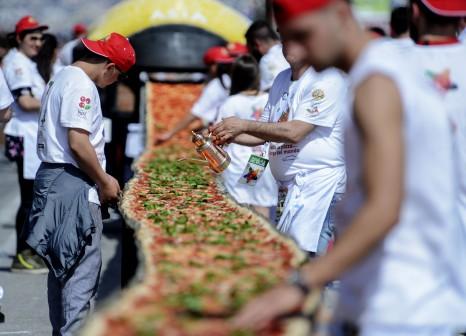 Via Caracciolo la pizza più lunga del mondo